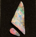 12,7ct. GEM BOULDER OPAL SET BRILLIANT ROT-GOLD-GRÜN-BLAU